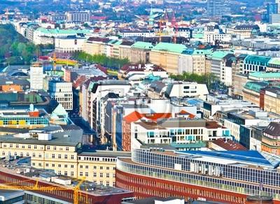 Облик города Гамбурга от знаменитой башни Михаэлис, 27x20 см, на бумагеГамбург<br>Постер на холсте или бумаге. Любого нужного вам размера. В раме или без. Подвес в комплекте. Трехслойная надежная упаковка. Доставим в любую точку России. Вам осталось только повесить картину на стену!<br>