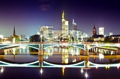 Постер Города и карты Горизонт Франкфурта ночью с зажженными мост, 30x20 см, на бумагеФранкфурт<br>Постер на холсте или бумаге. Любого нужного вам размера. В раме или без. Подвес в комплекте. Трехслойная надежная упаковка. Доставим в любую точку России. Вам осталось только повесить картину на стену!<br>