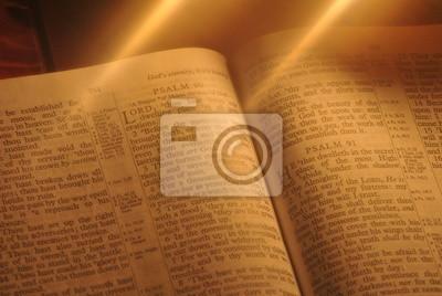 Постер Праздники Студент изучает Библию при свечах, 30x20 см, на бумаге01.19 Крещение Господне<br>Постер на холсте или бумаге. Любого нужного вам размера. В раме или без. Подвес в комплекте. Трехслойная надежная упаковка. Доставим в любую точку России. Вам осталось только повесить картину на стену!<br>