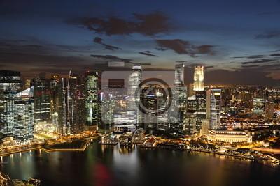 Постер Сингапур Центр города Skyline Singaporeat сумерки.Сингапур<br>Постер на холсте или бумаге. Любого нужного вам размера. В раме или без. Подвес в комплекте. Трехслойная надежная упаковка. Доставим в любую точку России. Вам осталось только повесить картину на стену!<br>