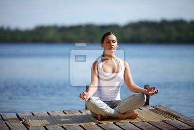 Красивая молодая девушка обучение йоге, недалеко от озера,, 30x20 см, на бумагеЙога<br>Постер на холсте или бумаге. Любого нужного вам размера. В раме или без. Подвес в комплекте. Трехслойная надежная упаковка. Доставим в любую точку России. Вам осталось только повесить картину на стену!<br>