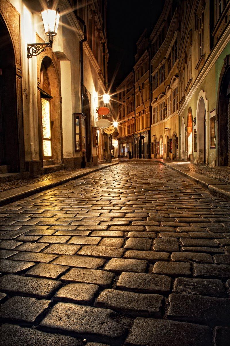 Постер Прага Узкий переулок с фонарями в Праге ночьюПрага<br>Постер на холсте или бумаге. Любого нужного вам размера. В раме или без. Подвес в комплекте. Трехслойная надежная упаковка. Доставим в любую точку России. Вам осталось только повесить картину на стену!<br>
