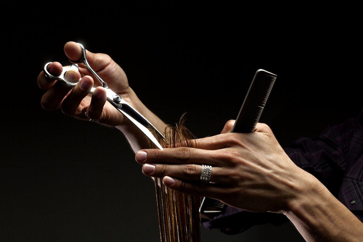 Постер Салон красоты Крупный план парикмахерской руки стрижка волосСалон красоты<br>Постер на холсте или бумаге. Любого нужного вам размера. В раме или без. Подвес в комплекте. Трехслойная надежная упаковка. Доставим в любую точку России. Вам осталось только повесить картину на стену!<br>