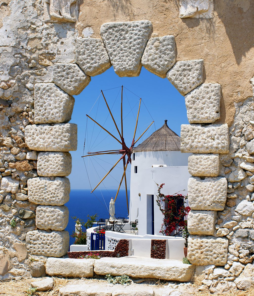 Постер Санторини Мельницу из старого венецианского окна, ГрецияСанторини<br>Постер на холсте или бумаге. Любого нужного вам размера. В раме или без. Подвес в комплекте. Трехслойная надежная упаковка. Доставим в любую точку России. Вам осталось только повесить картину на стену!<br>