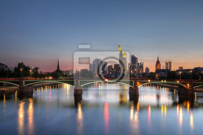 Постер Франкфурт Франкфурт-на-Майне skyline, в сумерках, ГерманияФранкфурт<br>Постер на холсте или бумаге. Любого нужного вам размера. В раме или без. Подвес в комплекте. Трехслойная надежная упаковка. Доставим в любую точку России. Вам осталось только повесить картину на стену!<br>