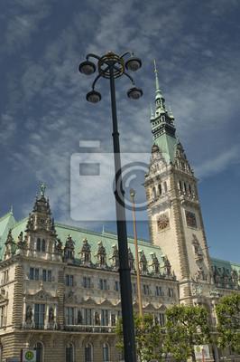 Постер Гамбург Вид со старинной ратушей Здание в Гамбург, ГерманияГамбург<br>Постер на холсте или бумаге. Любого нужного вам размера. В раме или без. Подвес в комплекте. Трехслойная надежная упаковка. Доставим в любую точку России. Вам осталось только повесить картину на стену!<br>