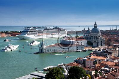 Постер Венеция Акции Фото: Круизный корабль в ВенецииВенеция<br>Постер на холсте или бумаге. Любого нужного вам размера. В раме или без. Подвес в комплекте. Трехслойная надежная упаковка. Доставим в любую точку России. Вам осталось только повесить картину на стену!<br>