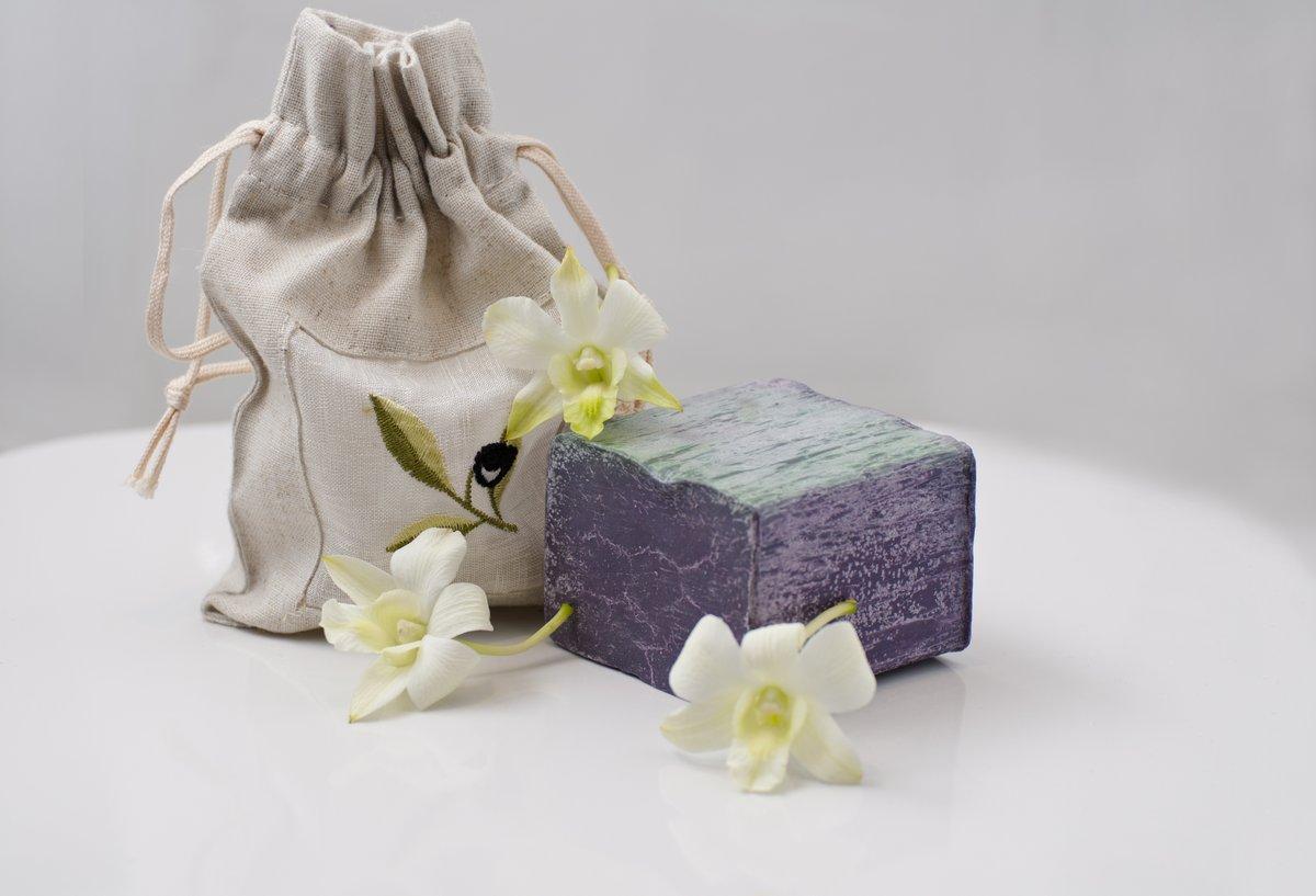 Постер Орхидеи Орхидеи и кусок натурального оливкового мылаОрхидеи<br>Постер на холсте или бумаге. Любого нужного вам размера. В раме или без. Подвес в комплекте. Трехслойная надежная упаковка. Доставим в любую точку России. Вам осталось только повесить картину на стену!<br>