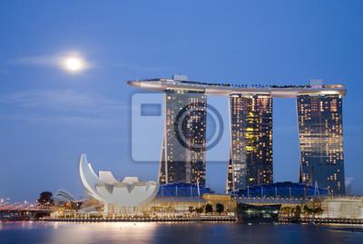 Постер Сингапур Луна над Marina Bay SandsСингапур<br>Постер на холсте или бумаге. Любого нужного вам размера. В раме или без. Подвес в комплекте. Трехслойная надежная упаковка. Доставим в любую точку России. Вам осталось только повесить картину на стену!<br>