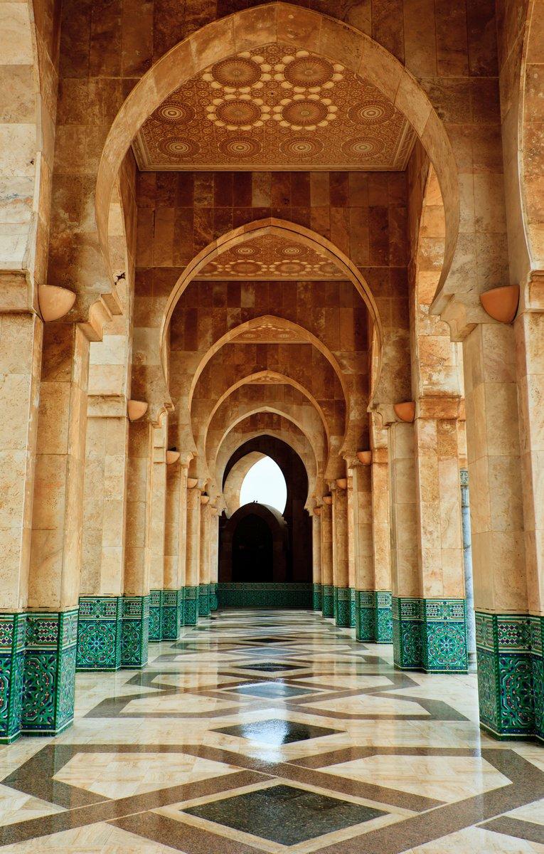 Постер Марокко Замысловатые мрамор и мозаика арку за пределами мечетиМарокко<br>Постер на холсте или бумаге. Любого нужного вам размера. В раме или без. Подвес в комплекте. Трехслойная надежная упаковка. Доставим в любую точку России. Вам осталось только повесить картину на стену!<br>