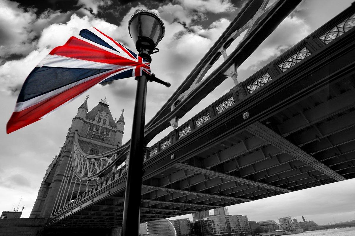 Постер Лондон Тауэрский мост с разноцветным флагом АнглииЛондон<br>Постер на холсте или бумаге. Любого нужного вам размера. В раме или без. Подвес в комплекте. Трехслойная надежная упаковка. Доставим в любую точку России. Вам осталось только повесить картину на стену!<br>