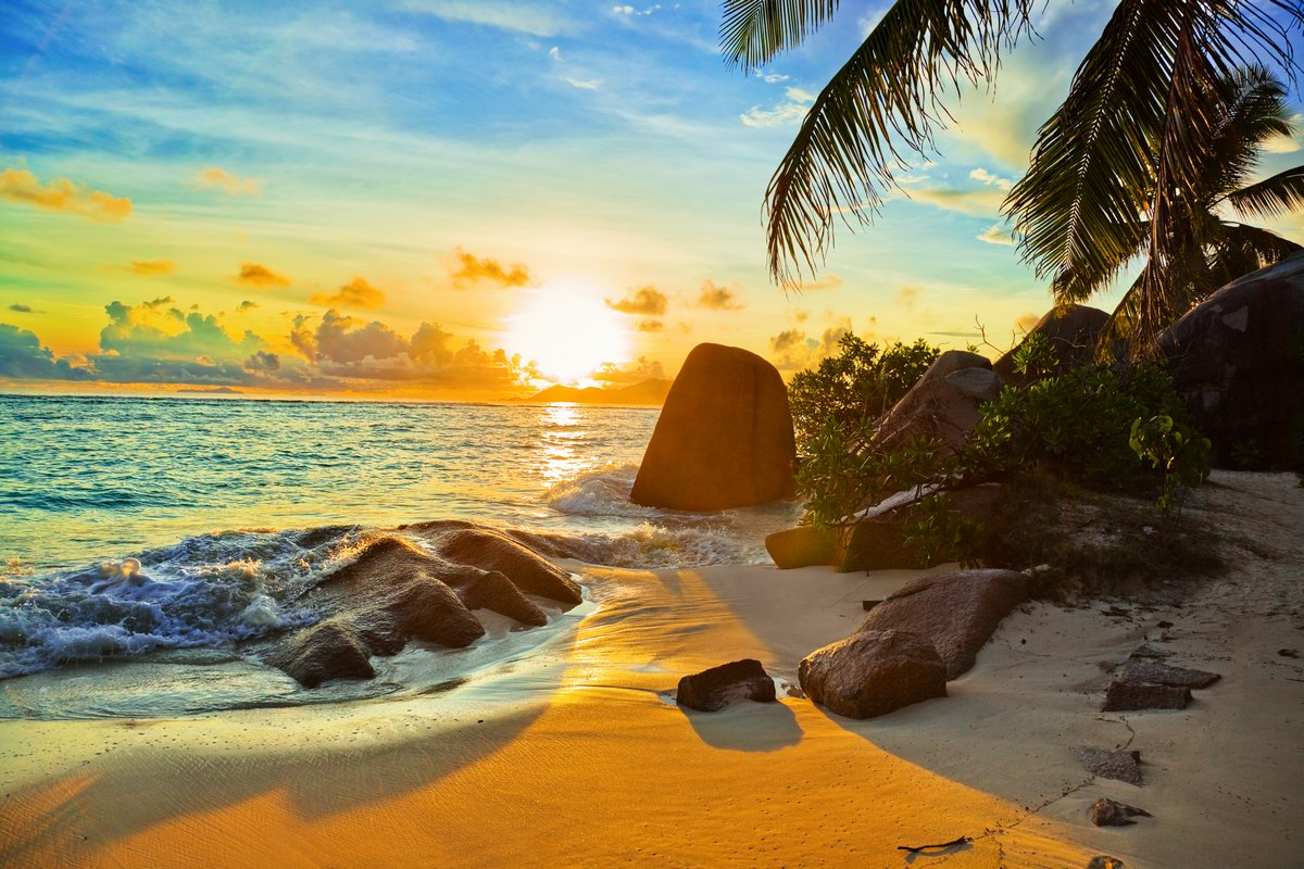 Постер Пейзаж морской Тропический пляж на закатеПейзаж морской<br>Постер на холсте или бумаге. Любого нужного вам размера. В раме или без. Подвес в комплекте. Трехслойная надежная упаковка. Доставим в любую точку России. Вам осталось только повесить картину на стену!<br>
