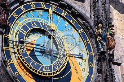 Постер Прага Знаменитыми средневековыми астрономическими часами в Прага, Чешская РеспубликаПрага<br>Постер на холсте или бумаге. Любого нужного вам размера. В раме или без. Подвес в комплекте. Трехслойная надежная упаковка. Доставим в любую точку России. Вам осталось только повесить картину на стену!<br>