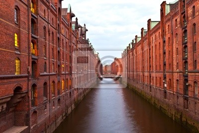 Постер Города и карты Speicherstadt в Гамбурге ночью, 30x20 см, на бумагеГамбург<br>Постер на холсте или бумаге. Любого нужного вам размера. В раме или без. Подвес в комплекте. Трехслойная надежная упаковка. Доставим в любую точку России. Вам осталось только повесить картину на стену!<br>