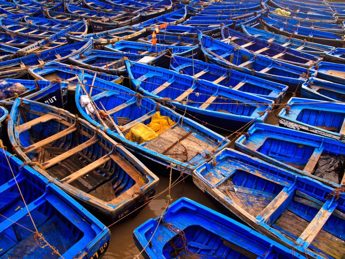 Постер Марокко Синий рыбацкие лодки, связаны вместе в гаваниМарокко<br>Постер на холсте или бумаге. Любого нужного вам размера. В раме или без. Подвес в комплекте. Трехслойная надежная упаковка. Доставим в любую точку России. Вам осталось только повесить картину на стену!<br>