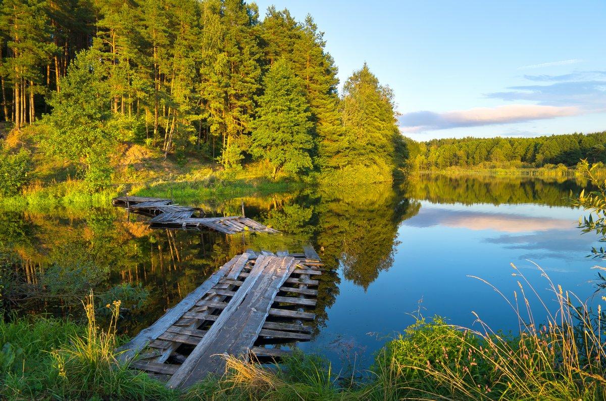 Постер Осень Красочный пейзаж с деревянного моста через рекуОсень<br>Постер на холсте или бумаге. Любого нужного вам размера. В раме или без. Подвес в комплекте. Трехслойная надежная упаковка. Доставим в любую точку России. Вам осталось только повесить картину на стену!<br>