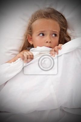 Постер Маленькая девочка в постели просыпаться от кошмаровЭмоции<br>Постер на холсте или бумаге. Любого нужного вам размера. В раме или без. Подвес в комплекте. Трехслойная надежная упаковка. Доставим в любую точку России. Вам осталось только повесить картину на стену!<br>