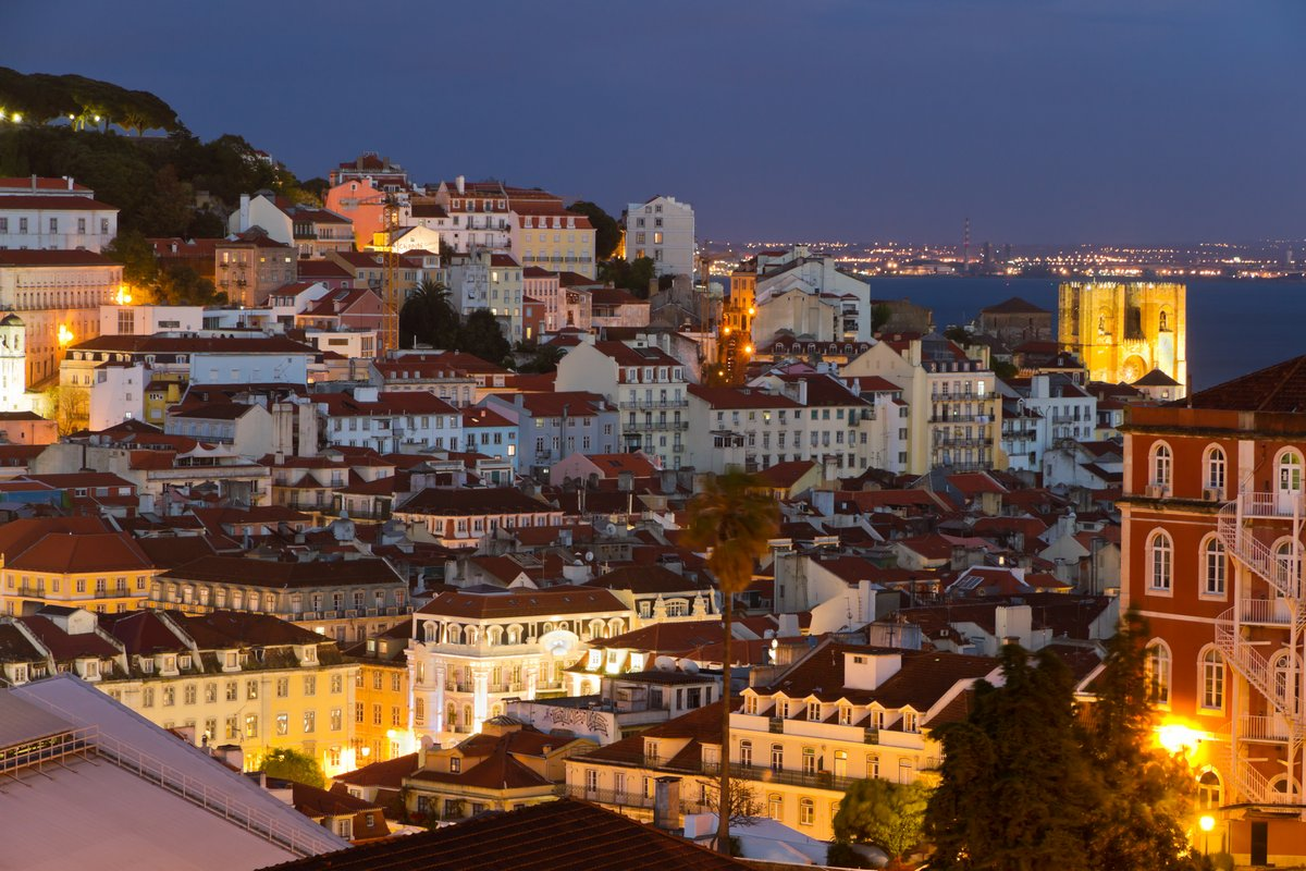 Постер Города и карты Лиссабон старого города, на ночь, Португалия, 30x20 см, на бумагеЛиссабон<br>Постер на холсте или бумаге. Любого нужного вам размера. В раме или без. Подвес в комплекте. Трехслойная надежная упаковка. Доставим в любую точку России. Вам осталось только повесить картину на стену!<br>