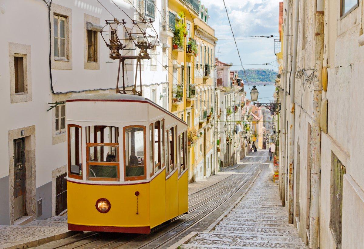 Постер Лиссабон Лиссабона Глория фуникулер соединяет центр города с Bairro Alto.Лиссабон<br>Постер на холсте или бумаге. Любого нужного вам размера. В раме или без. Подвес в комплекте. Трехслойная надежная упаковка. Доставим в любую точку России. Вам осталось только повесить картину на стену!<br>