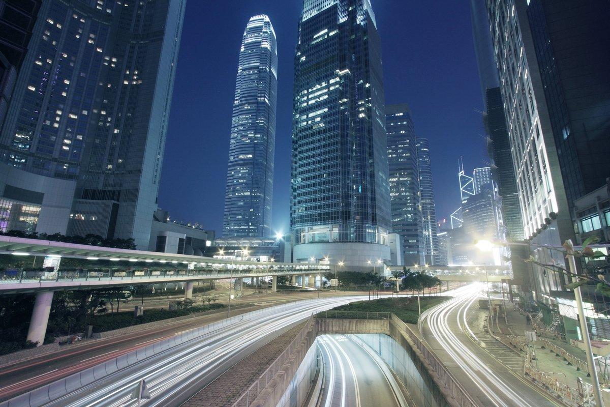 Постер Гонконг Движение через центр города Гонконга ночьюГонконг<br>Постер на холсте или бумаге. Любого нужного вам размера. В раме или без. Подвес в комплекте. Трехслойная надежная упаковка. Доставим в любую точку России. Вам осталось только повесить картину на стену!<br>
