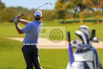 Постер Гольф Человек, играющий в гольф с сумки для гольфаГольф<br>Постер на холсте или бумаге. Любого нужного вам размера. В раме или без. Подвес в комплекте. Трехслойная надежная упаковка. Доставим в любую точку России. Вам осталось только повесить картину на стену!<br>
