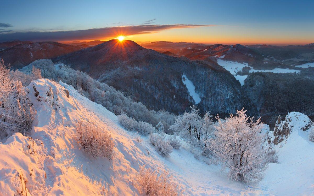 Постер Зима Зимний закат в горах, в облако - СловакияЗима<br>Постер на холсте или бумаге. Любого нужного вам размера. В раме или без. Подвес в комплекте. Трехслойная надежная упаковка. Доставим в любую точку России. Вам осталось только повесить картину на стену!<br>