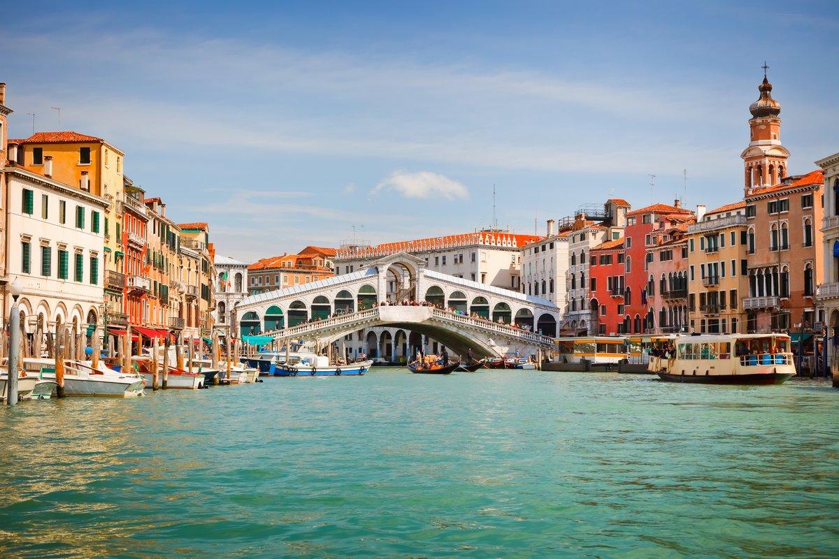 Постер Венеция Риальто Мост через большой канал в ВенецииВенеция<br>Постер на холсте или бумаге. Любого нужного вам размера. В раме или без. Подвес в комплекте. Трехслойная надежная упаковка. Доставим в любую точку России. Вам осталось только повесить картину на стену!<br>