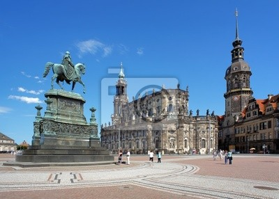 Постер Дрезден Памятник Короля Иоанна, церкви и Дрезденского Замка, ГерманияДрезден<br>Постер на холсте или бумаге. Любого нужного вам размера. В раме или без. Подвес в комплекте. Трехслойная надежная упаковка. Доставим в любую точку России. Вам осталось только повесить картину на стену!<br>