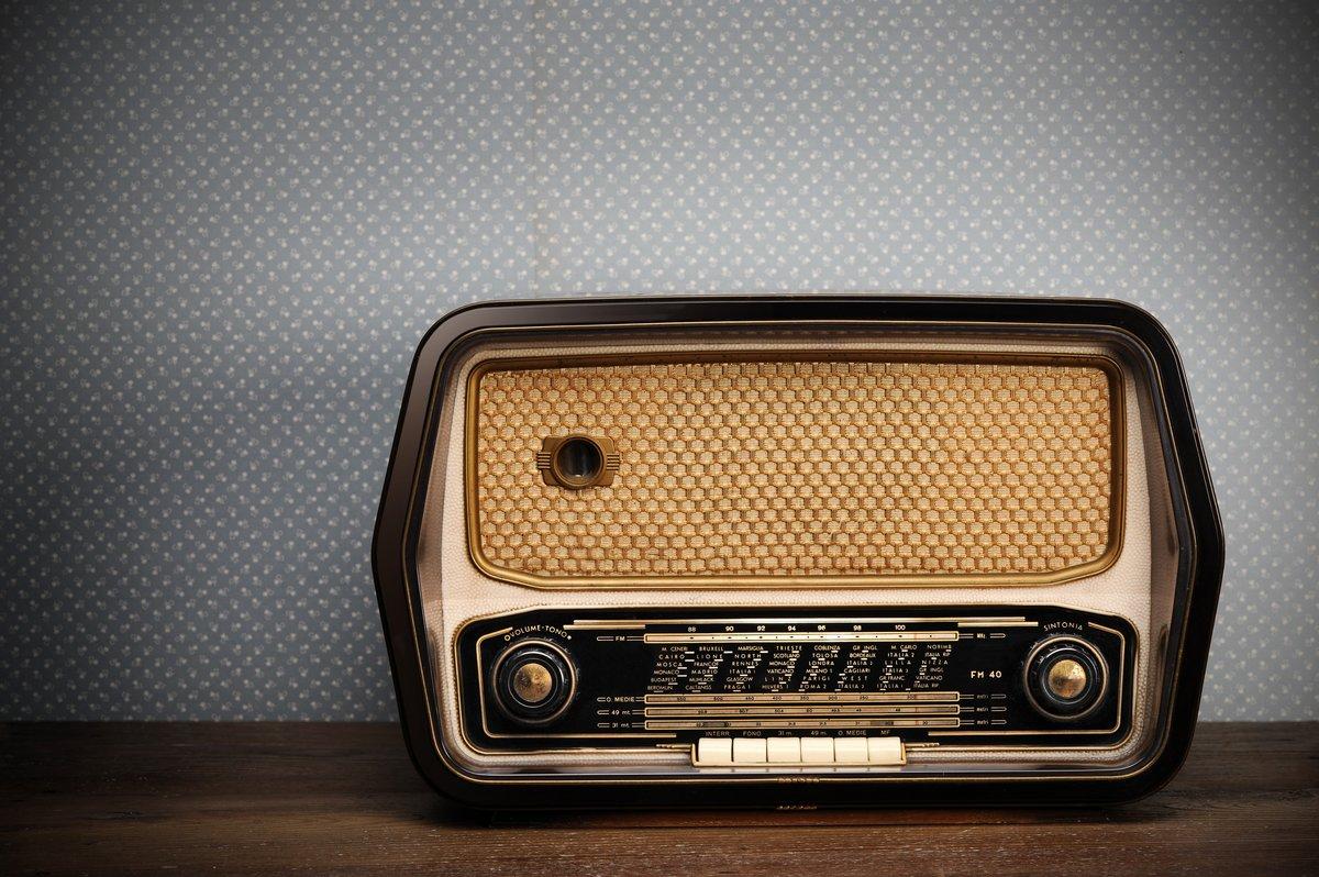 Постер Музыка Антикварная радио на ретро-фонМузыка<br>Постер на холсте или бумаге. Любого нужного вам размера. В раме или без. Подвес в комплекте. Трехслойная надежная упаковка. Доставим в любую точку России. Вам осталось только повесить картину на стену!<br>