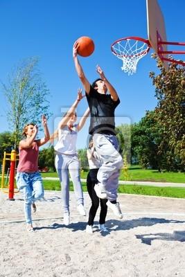 Постер Спорт Подростки играют в баскетбол, 20x30 см, на бумагеБаскетбол<br>Постер на холсте или бумаге. Любого нужного вам размера. В раме или без. Подвес в комплекте. Трехслойная надежная упаковка. Доставим в любую точку России. Вам осталось только повесить картину на стену!<br>