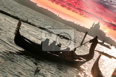 Постер Венеция Венеция, Гондола против красочный закат в ИталииВенеция<br>Постер на холсте или бумаге. Любого нужного вам размера. В раме или без. Подвес в комплекте. Трехслойная надежная упаковка. Доставим в любую точку России. Вам осталось только повесить картину на стену!<br>