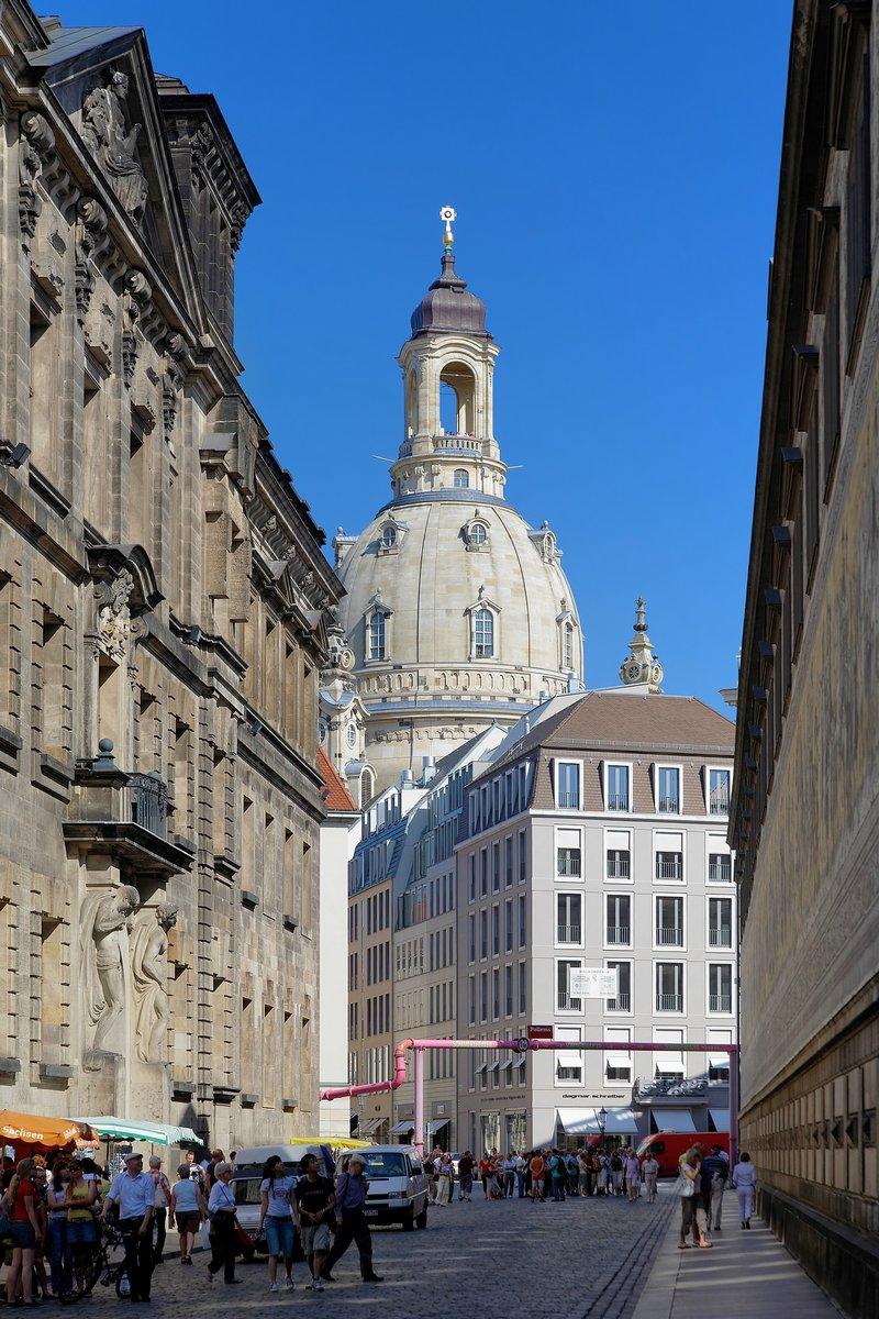 Постер Дрезден Улица Augustusstrasse и вид на Фрауенкирхе в Дрездене,Дрезден<br>Постер на холсте или бумаге. Любого нужного вам размера. В раме или без. Подвес в комплекте. Трехслойная надежная упаковка. Доставим в любую точку России. Вам осталось только повесить картину на стену!<br>