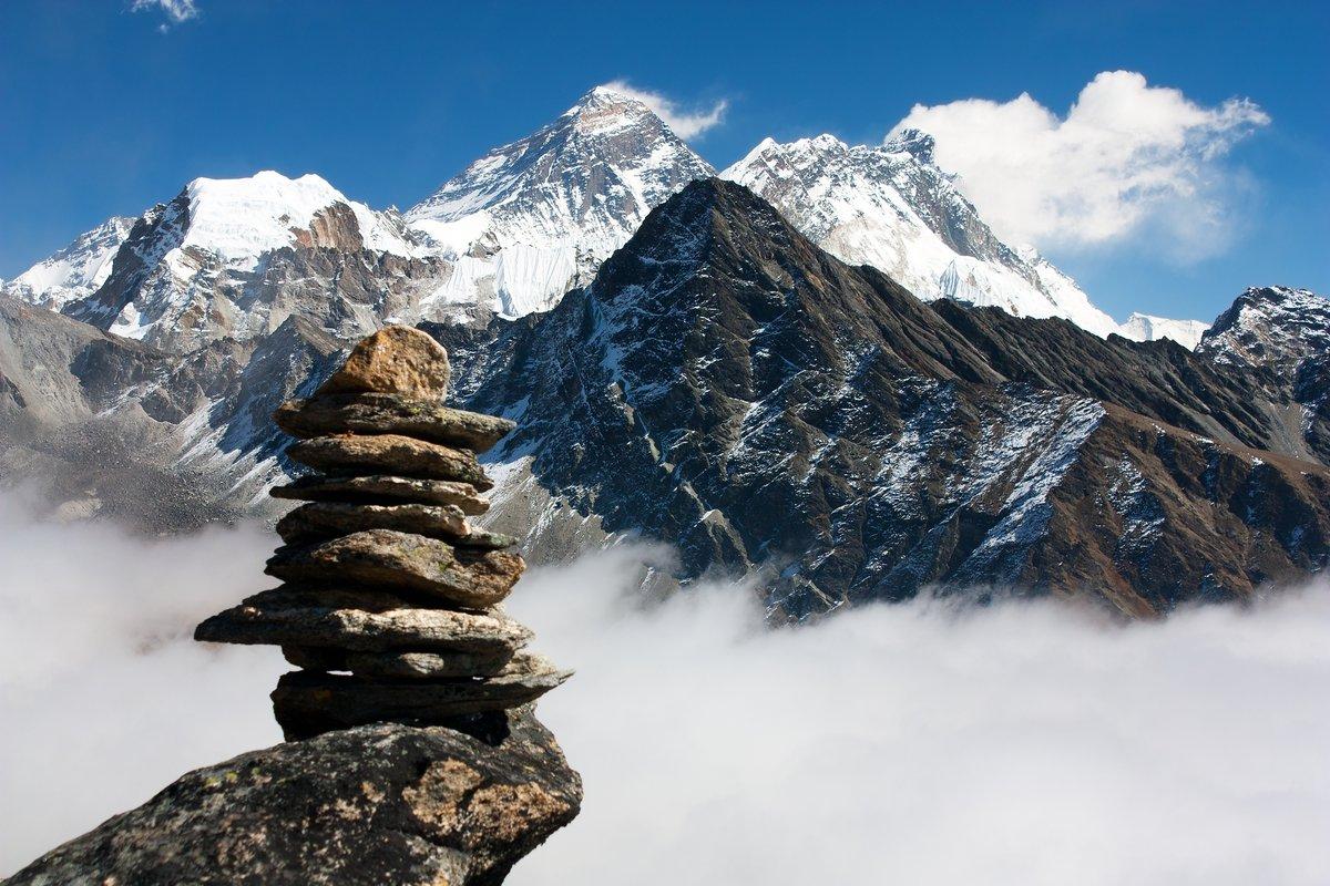 Постер Непал Вид на Эверест с каменным человеком из gokyo riНепал<br>Постер на холсте или бумаге. Любого нужного вам размера. В раме или без. Подвес в комплекте. Трехслойная надежная упаковка. Доставим в любую точку России. Вам осталось только повесить картину на стену!<br>