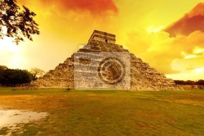 Постер Мехико Кукулькан пирамиды в Чичен-ица на закате, МексикаМехико<br>Постер на холсте или бумаге. Любого нужного вам размера. В раме или без. Подвес в комплекте. Трехслойная надежная упаковка. Доставим в любую точку России. Вам осталось только повесить картину на стену!<br>