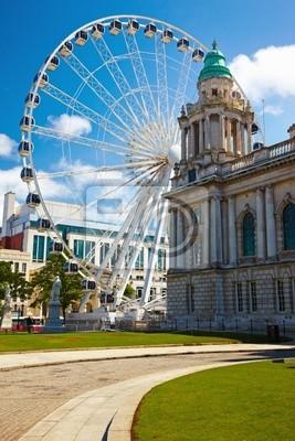 Постер Ирландия Belfast City Hall и колесо обозренияИрландия<br>Постер на холсте или бумаге. Любого нужного вам размера. В раме или без. Подвес в комплекте. Трехслойная надежная упаковка. Доставим в любую точку России. Вам осталось только повесить картину на стену!<br>