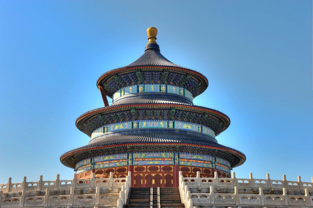 Постер Пекин Даосский храм в Китае, с синим небомПекин<br>Постер на холсте или бумаге. Любого нужного вам размера. В раме или без. Подвес в комплекте. Трехслойная надежная упаковка. Доставим в любую точку России. Вам осталось только повесить картину на стену!<br>