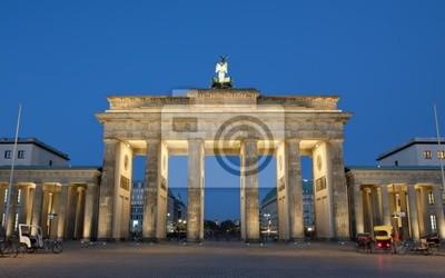 Постер Берлин Бранденбургские ворота, освещенные ночью в БерлинеБерлин<br>Постер на холсте или бумаге. Любого нужного вам размера. В раме или без. Подвес в комплекте. Трехслойная надежная упаковка. Доставим в любую точку России. Вам осталось только повесить картину на стену!<br>