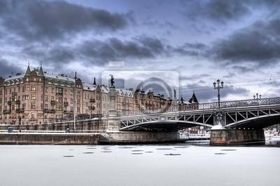 Постер Стокгольм Старых зданий и мостов в зимний период.Стокгольм<br>Постер на холсте или бумаге. Любого нужного вам размера. В раме или без. Подвес в комплекте. Трехслойная надежная упаковка. Доставим в любую точку России. Вам осталось только повесить картину на стену!<br>