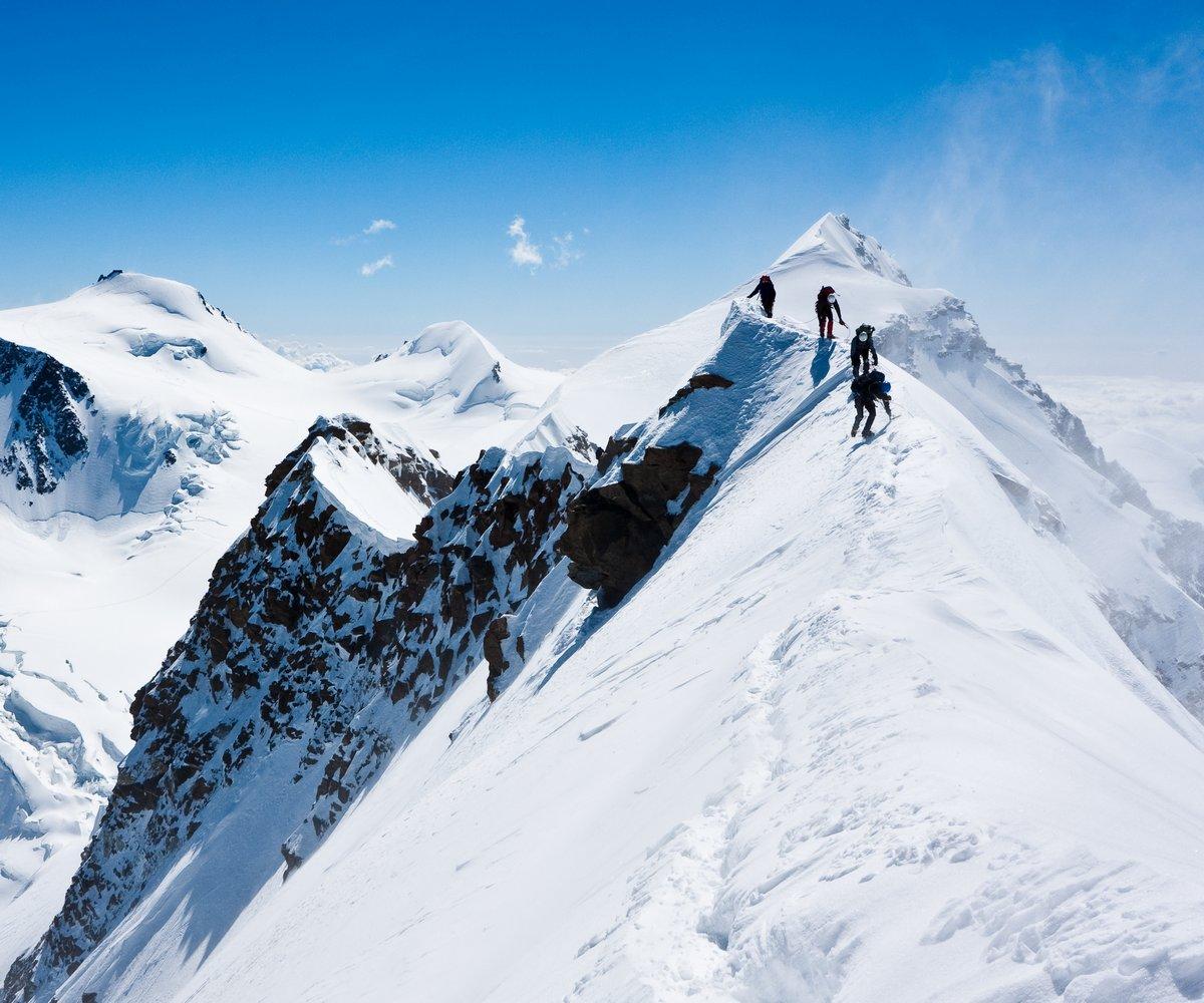 Постер Альпийский пейзаж Альпинисты балансировки в blizzard на узкий гребеньАльпийский пейзаж<br>Постер на холсте или бумаге. Любого нужного вам размера. В раме или без. Подвес в комплекте. Трехслойная надежная упаковка. Доставим в любую точку России. Вам осталось только повесить картину на стену!<br>