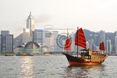 Постер Гонконг Гонконг гавань с туристами мусорГонконг<br>Постер на холсте или бумаге. Любого нужного вам размера. В раме или без. Подвес в комплекте. Трехслойная надежная упаковка. Доставим в любую точку России. Вам осталось только повесить картину на стену!<br>