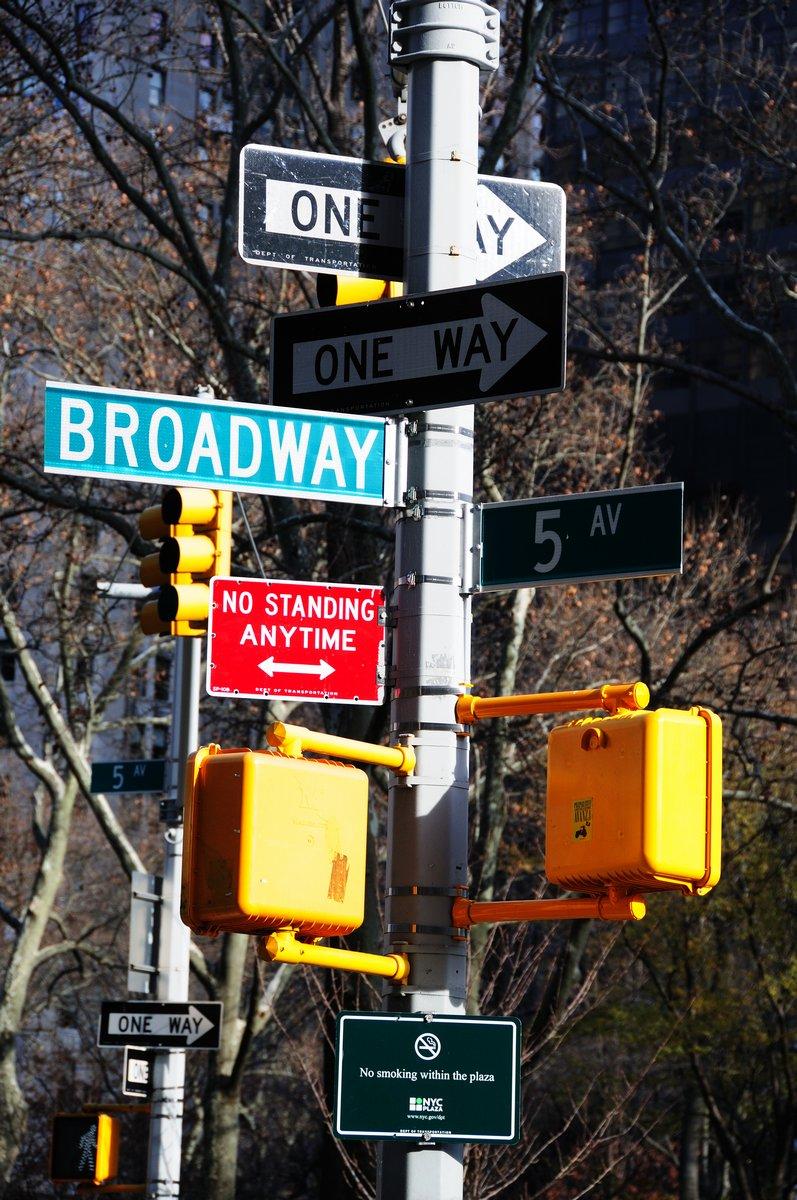 Постер Нью-Йорк Трафик Дорожный Знак в МанхэттенеНью-Йорк<br>Постер на холсте или бумаге. Любого нужного вам размера. В раме или без. Подвес в комплекте. Трехслойная надежная упаковка. Доставим в любую точку России. Вам осталось только повесить картину на стену!<br>