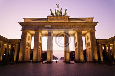 Постер Берлин В Бранденбургских ворот в Берлине, ГерманияБерлин<br>Постер на холсте или бумаге. Любого нужного вам размера. В раме или без. Подвес в комплекте. Трехслойная надежная упаковка. Доставим в любую точку России. Вам осталось только повесить картину на стену!<br>