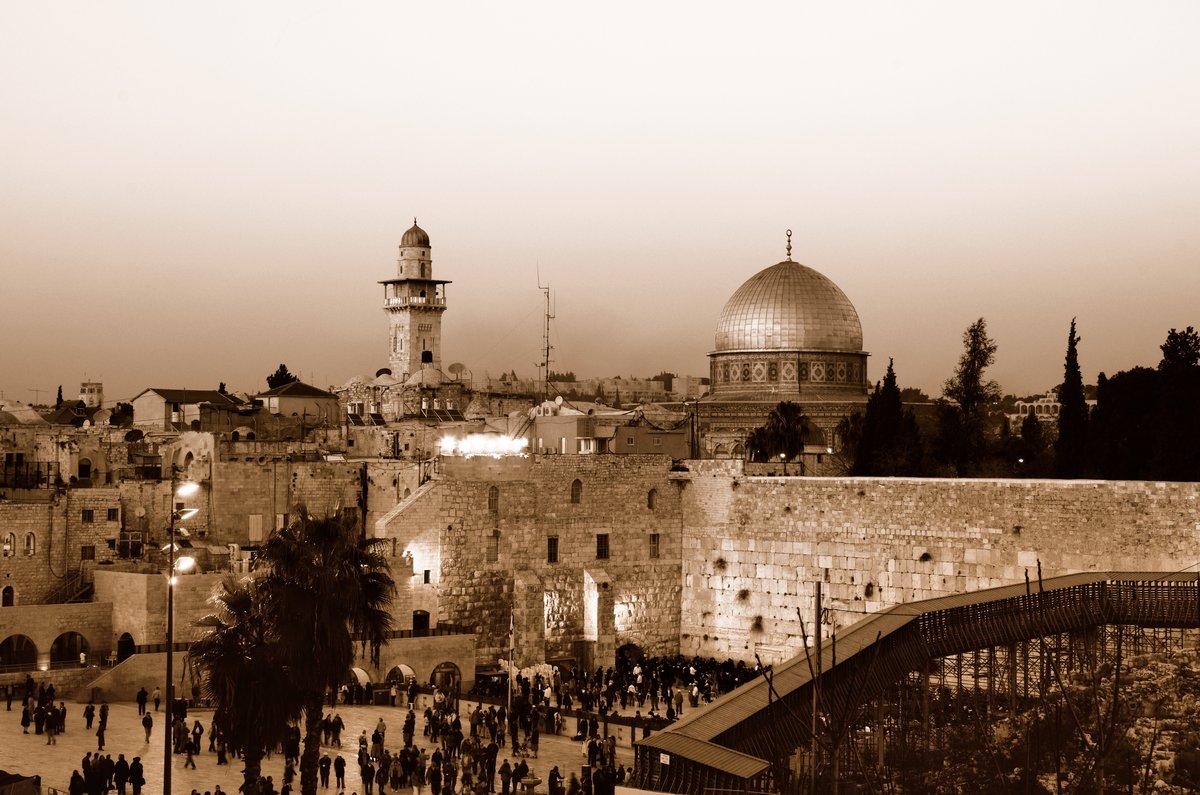 Постер Иерусалим Западная Стена и Купол СкалыИерусалим<br>Постер на холсте или бумаге. Любого нужного вам размера. В раме или без. Подвес в комплекте. Трехслойная надежная упаковка. Доставим в любую точку России. Вам осталось только повесить картину на стену!<br>