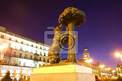 Постер Города и карты Медведь с земляничного дерева - символ Мадрида, Испания, 30x20 см, на бумагеМадрид<br>Постер на холсте или бумаге. Любого нужного вам размера. В раме или без. Подвес в комплекте. Трехслойная надежная упаковка. Доставим в любую точку России. Вам осталось только повесить картину на стену!<br>