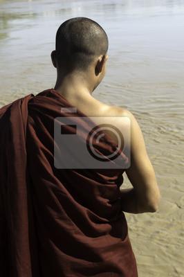 Постер Мьянма (Бирма) Мьянма / Бирма - буддийский Монах на берегу рекиМьянма (Бирма)<br>Постер на холсте или бумаге. Любого нужного вам размера. В раме или без. Подвес в комплекте. Трехслойная надежная упаковка. Доставим в любую точку России. Вам осталось только повесить картину на стену!<br>