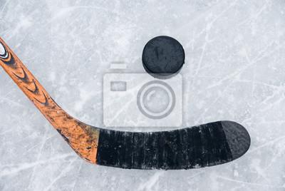 Лед хоккейной клюшкой и шайбой на льду, 30x20 см, на бумагеХоккей<br>Постер на холсте или бумаге. Любого нужного вам размера. В раме или без. Подвес в комплекте. Трехслойная надежная упаковка. Доставим в любую точку России. Вам осталось только повесить картину на стену!<br>