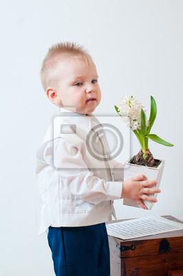 Постер Гиацинты Маленький мальчик с цветком в рукеГиацинты<br>Постер на холсте или бумаге. Любого нужного вам размера. В раме или без. Подвес в комплекте. Трехслойная надежная упаковка. Доставим в любую точку России. Вам осталось только повесить картину на стену!<br>