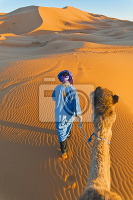 Постер Марокко Берберские ходьба с верблюда на Эрг Chebbi, МароккоМарокко<br>Постер на холсте или бумаге. Любого нужного вам размера. В раме или без. Подвес в комплекте. Трехслойная надежная упаковка. Доставим в любую точку России. Вам осталось только повесить картину на стену!<br>