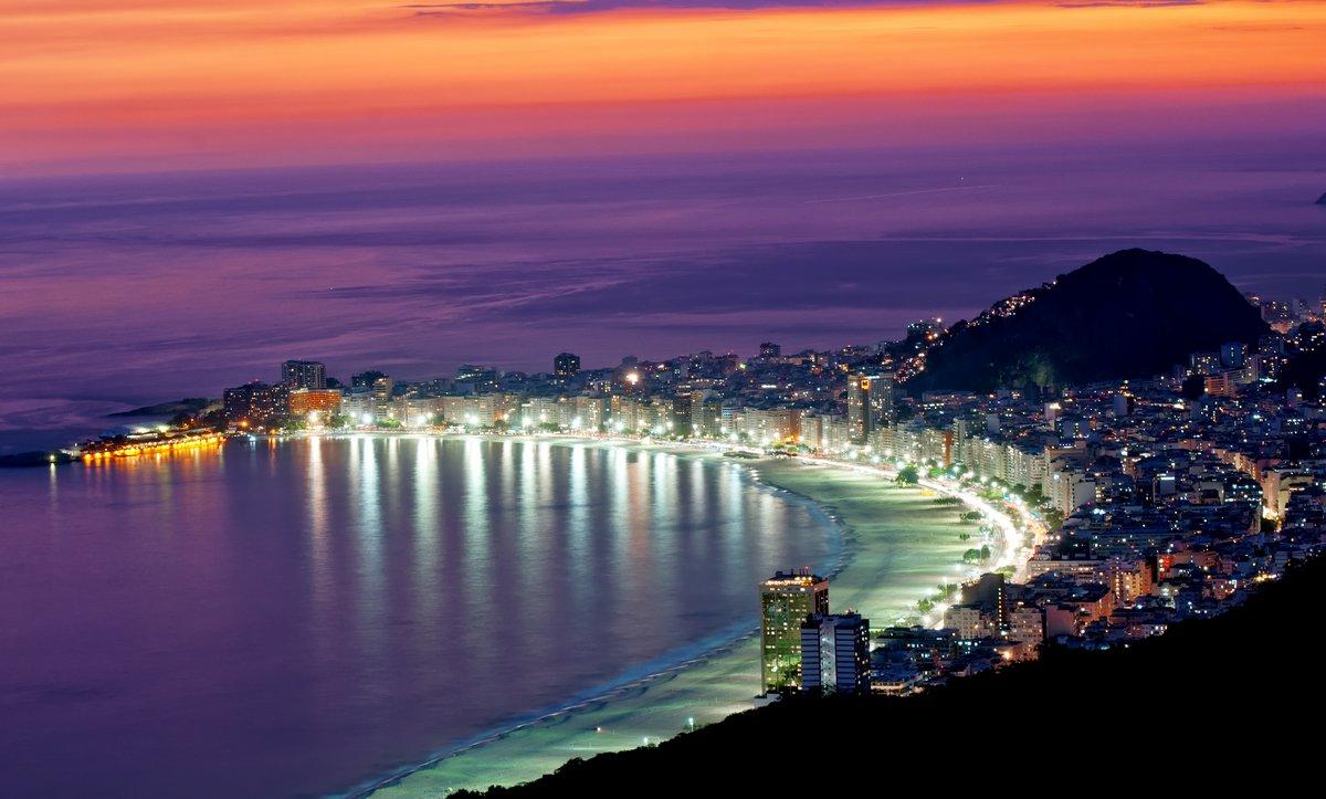 Постер Бразилия Ночной вид на Копакабана пляж. Рио-де-ЖанейроБразилия<br>Постер на холсте или бумаге. Любого нужного вам размера. В раме или без. Подвес в комплекте. Трехслойная надежная упаковка. Доставим в любую точку России. Вам осталось только повесить картину на стену!<br>