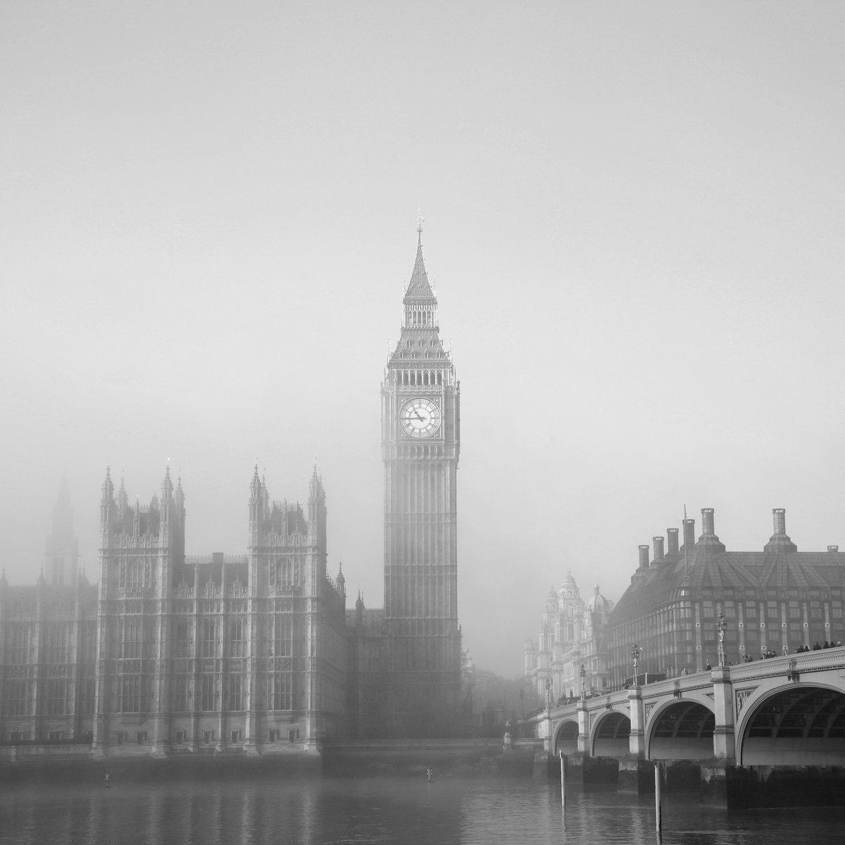 Постер Лондон Вестминстерский дворец в туманеЛондон<br>Постер на холсте или бумаге. Любого нужного вам размера. В раме или без. Подвес в комплекте. Трехслойная надежная упаковка. Доставим в любую точку России. Вам осталось только повесить картину на стену!<br>